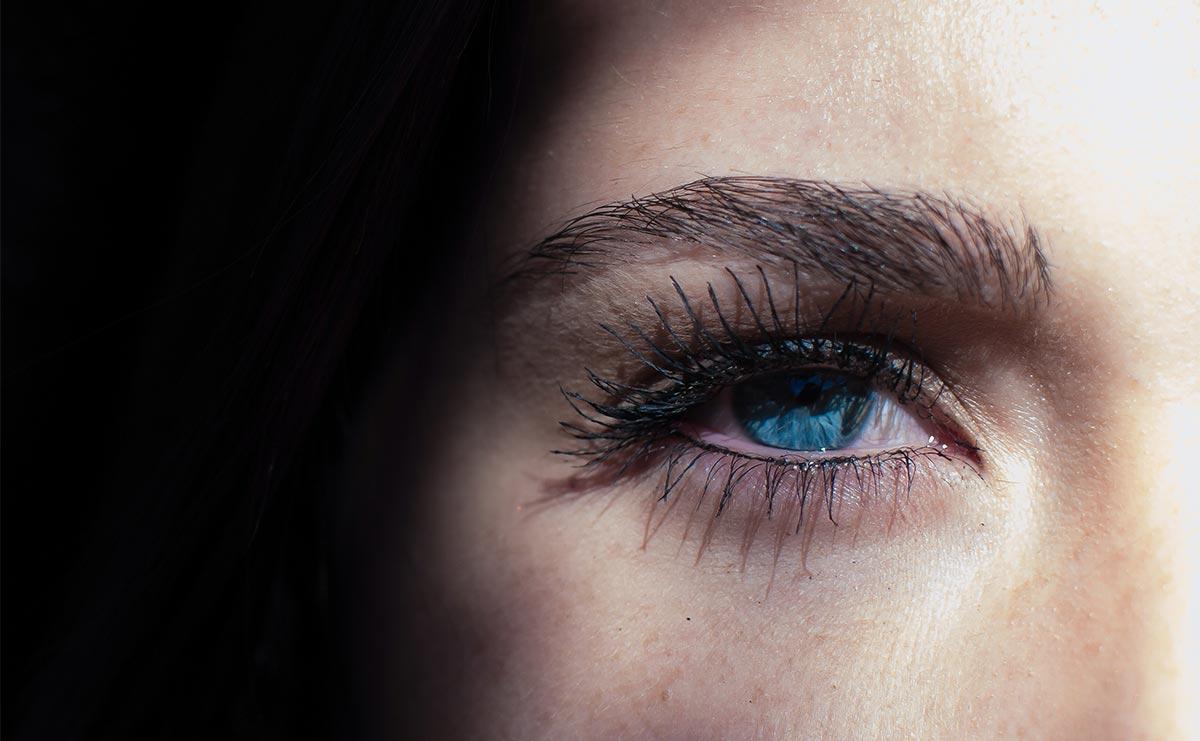 occhio gonfio e dolorante