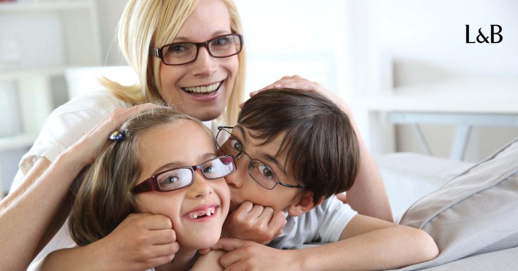 Donna e bambini con gli occhiali da vista